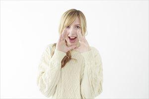 アルバニアホワイトニングクリームの良さを伝える女性