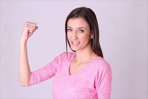 肌触りに満足する女性