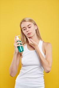 うる肌物語ヒアルロン酸原液でケアする女性
