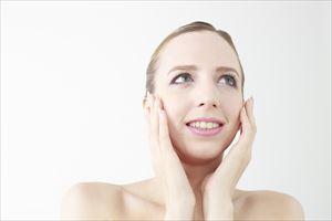 プラシラ薬用美白オイルの効果を喜ぶ表情