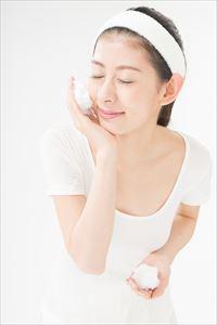teatea洗顔フォームで洗顔する女性