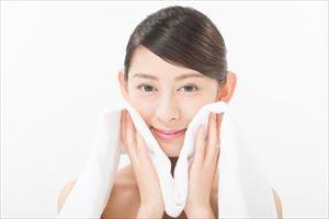 teatea洗顔フォームで洗顔後の女性