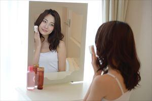 teateaふきとり化粧水でケアする女性