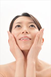 ホワイテストプラセンタエキス原液の効果を実感する女性