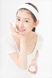 ichi-pori練り生石鹸で洗顔する女性