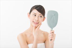 ichi-pori練り生石鹸の効果を確認する女性