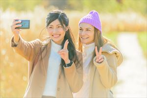 エバーピンク欲ばりサンスクリーンαで日焼け対策してる女性たち