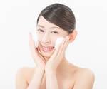 素美・天然もろみ石鹸でケアする女性
