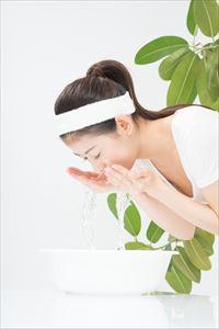 ピュアクレイ洗顔&パックで洗顔する主婦