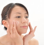チェルラーブリリオ卵殻膜リフトセラムを顔に塗る主婦