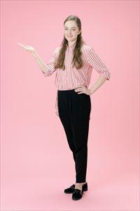 ルルルンモイストジェルクリームを紹介している女子