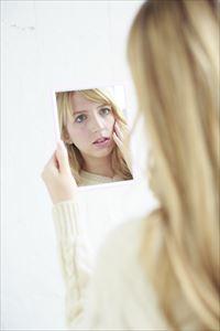 Psホワイトクリームの効果を確認する女性