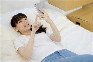 ベッドでゴロゴロする女子