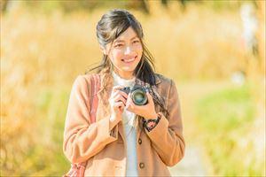 マヌカコスメオールインワンゲルの写真を撮る女性
