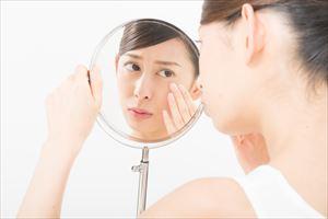 肌の状況をチェックする女性