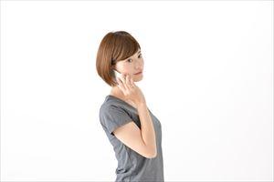 インヴェールクリームを電話注文する女子