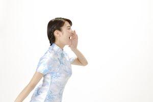 ドクターシムラケラチンケアローションの良さを叫ぶ女性