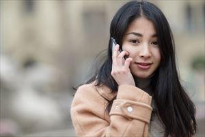リルジュリカバリーエッセンスを電話注文する女性