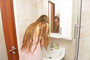 エゴイプセクレンジングバームで洗顔中の女性