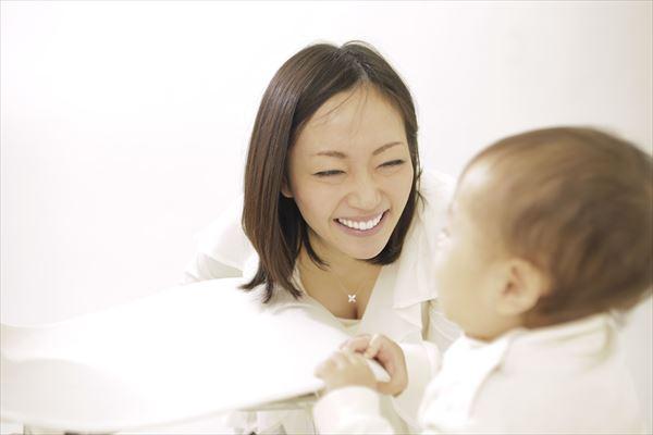 プルミーでアトピーケアをする赤ちゃん