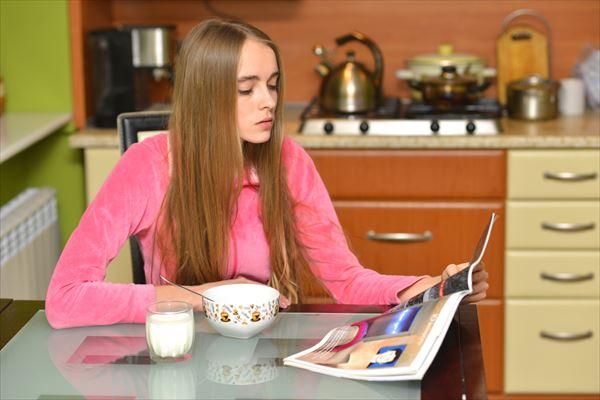 雑誌でリグレリンクルセラムの記事を読む女性